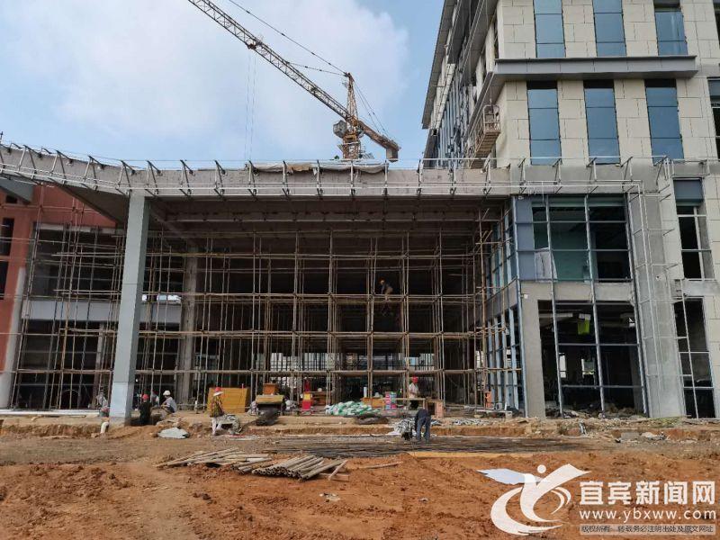 项目大楼正在进行装饰。记者 杨万洪摄.jpg